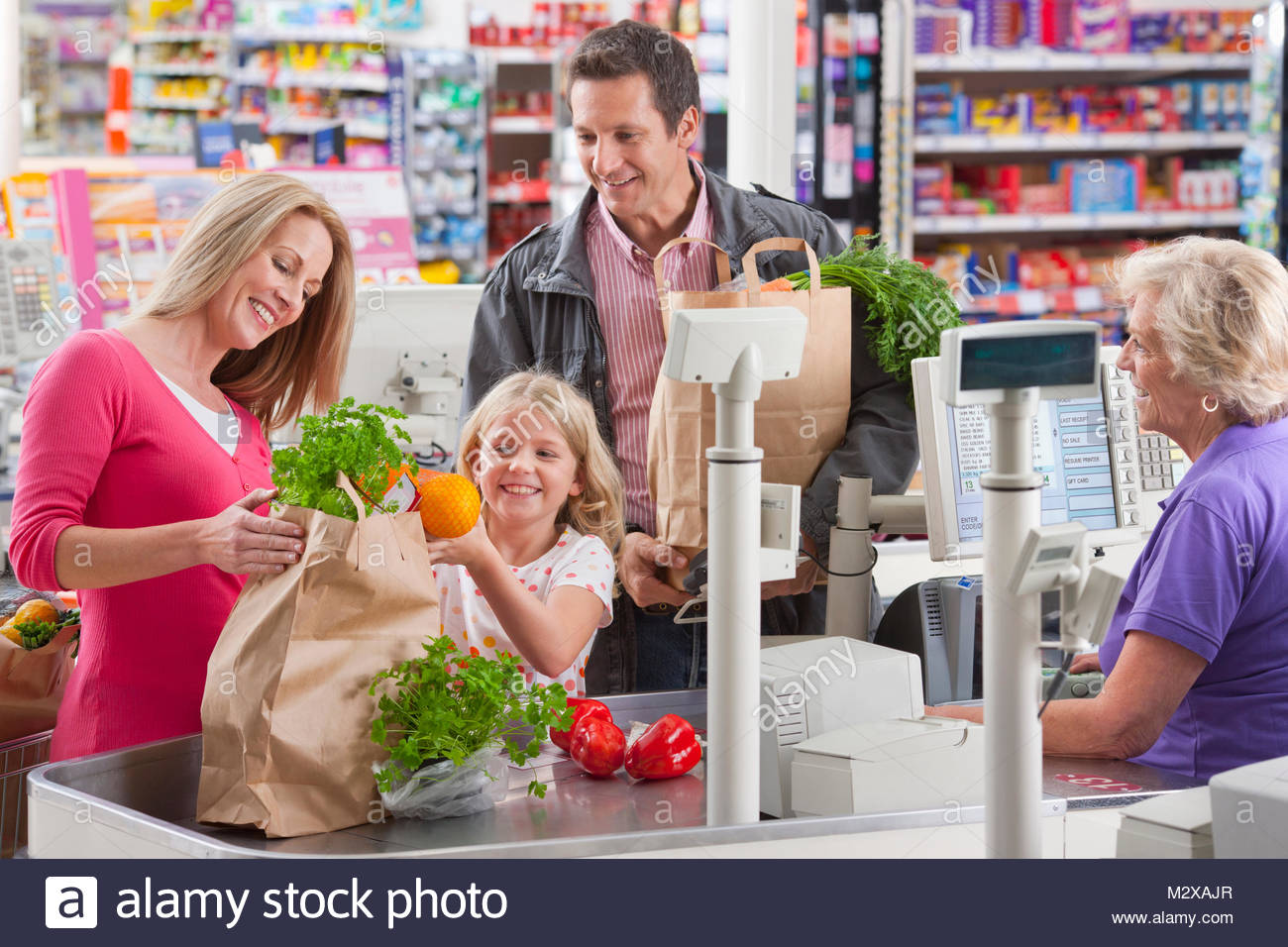 famiglia-imballaggio-acquisto-negozi-supermercato-acquista-cassiere-m2xajr